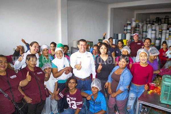Martín Arredondo presenta propuestas a trabajadoras de congeladoras
