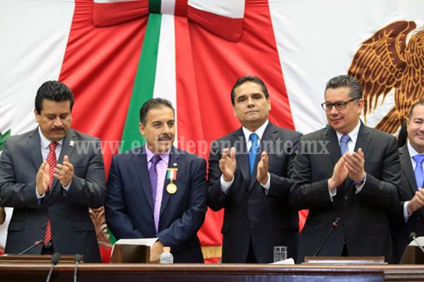 """Preside Gobernador entrega de Presea """"Melchor Ocampo"""" a José Hernández Moreno"""