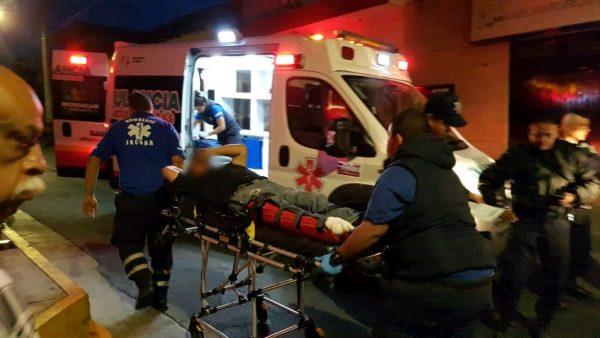 Motociclista sufre amputación de un píe al ser arrollado por microbús en Jacona