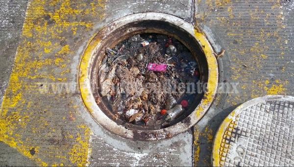 Exhortan a ciudadanos a no arrojar basura a la vía pública