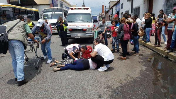 Entre la vida y la muerte niña atropellada por microbús en Zamora