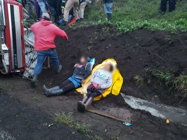 Vuelca camioneta con cuadrilla de campesinos en Canindo