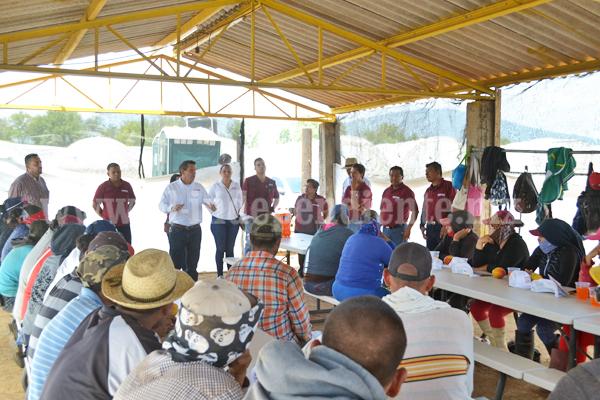 Martín Arredondo visitó en parcelas a los trabajadores del campo