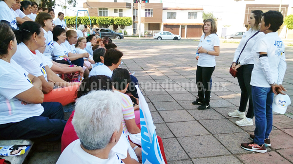 Judith Acevedo mantiene acercamiento con integrantes de  grupo años dorados