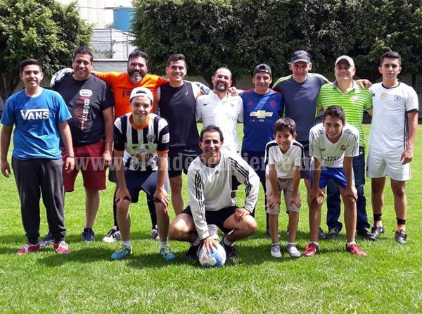 Ex alumnos del Colegio Marista de Jacona se enfrentaron en gran juego de futbol