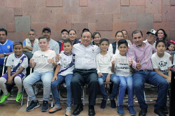 El alcalde José Carlos Lugo Godínez entregó apoyo a seleccionados futbolistas