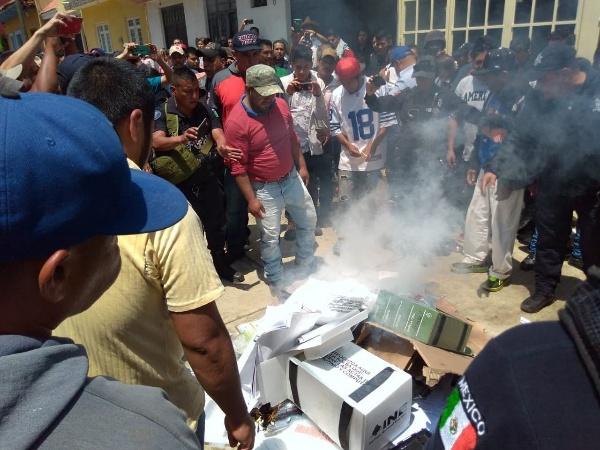 Indígenas se apoderan de material electoral en casilla en Chilchota y lo queman