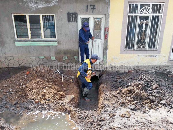 SAPAZ construye colector de drenaje en la calle Bernardo O Higgins