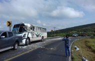 11 heridos en choque de autobús contra un camión de abarrotes en Ecuandureo