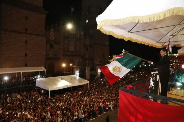 Ante miles de asistentes, Silvano Aureoles emite Grito de la Independencia de México