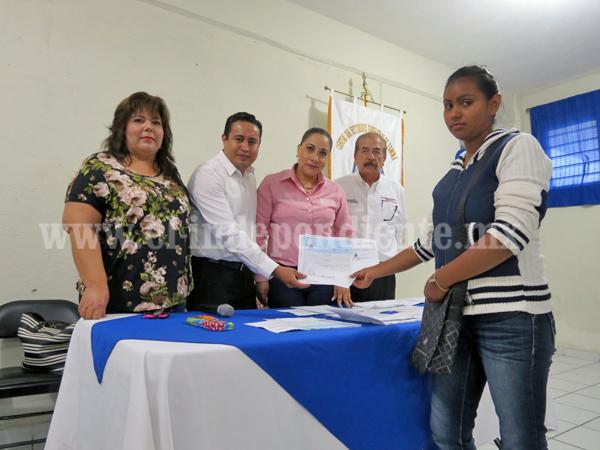 Promueve gobierno estatal becas  para madres entre 12 a 18 años