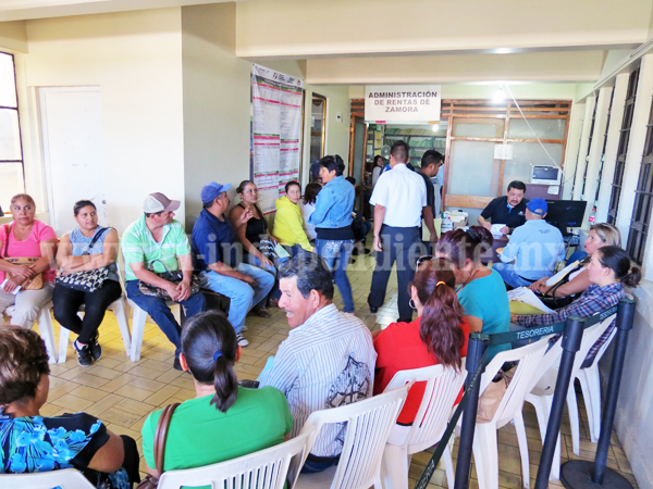 Contribuyentes acuden a Rentas para solicitar descuento en multas y recargos