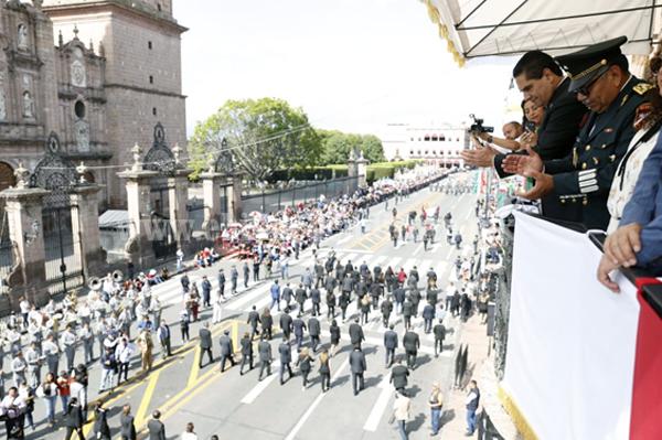 Viven michoacanos y michoacanas Desfile Cívico Militar en armonía y con fervor patrio