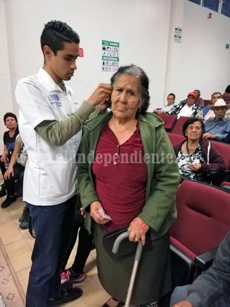 Adultos mayores de Ixtlán, beneficiados al recibir sus aparatos auditivos