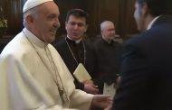 Papa quita su mano para que feligreses no besen su anillo