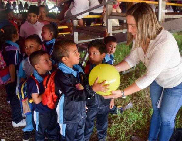 Tangancícuaro festejó a sus niños en su día