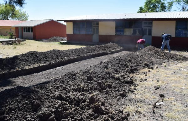 Dan mantenimiento a instituciones educativas  en Tangancícuaro