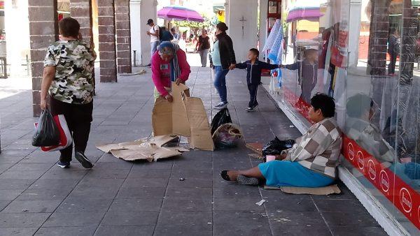 Lamentan comerciantes crecimiento de indigentes en el centro de la ciudad