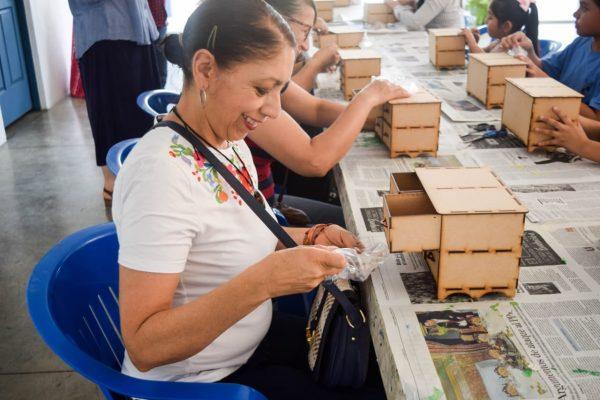 Instancia de la Mujer llevó con éxito taller de manualidades en Tangancícuaro