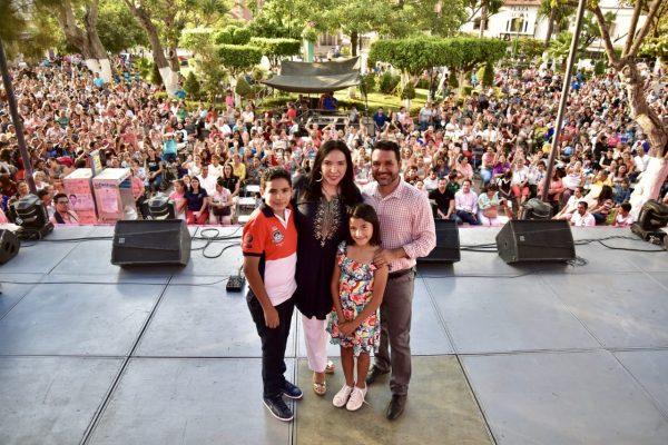 Cerca de 3 mil mujeres festejaron con Adriana el Día de las Madres