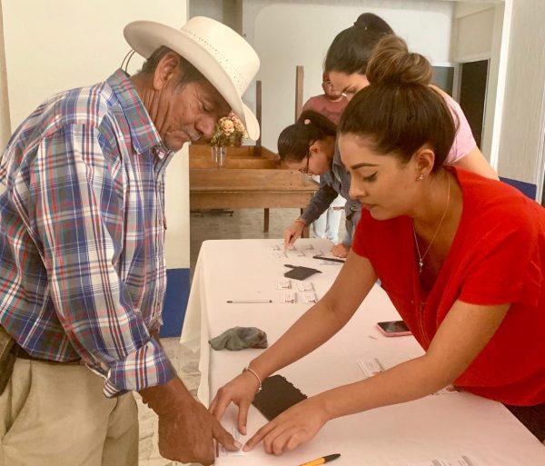 Entregan tarjetas INAPAM a 50 adultos mayores en Ecuandureo