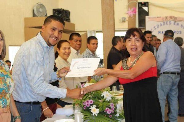 Eduardo Ceja festejó a los maestros en su día en Tangamandapio