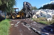 Limpian campo de desechos plásticos en Tangancícuaro