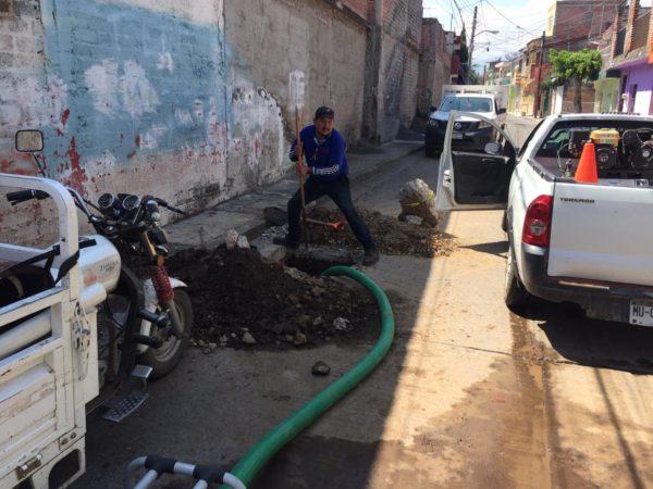 SAPAZ desazolva red de agua potable en la calle Periodismo