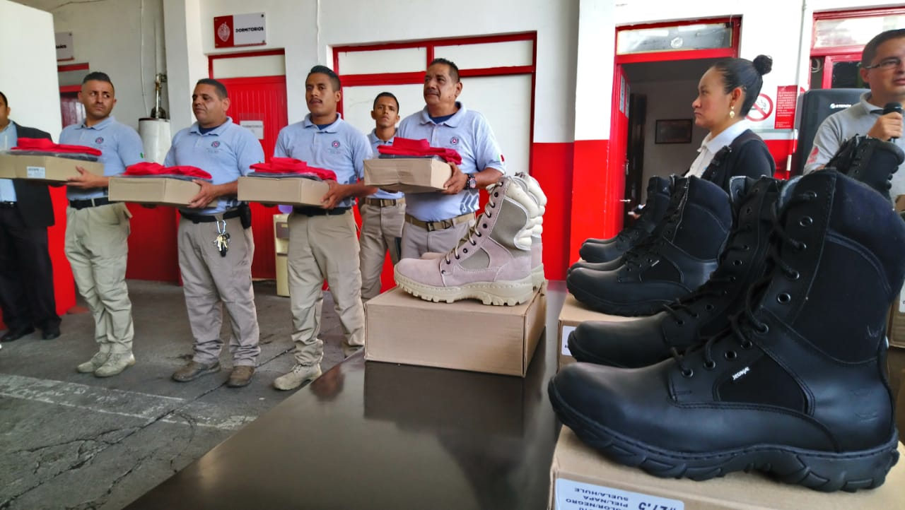 Urgen ambulancias, elementos y camiones de bomberos a Protección Civil