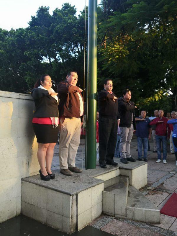 Priistas rinden honores al lábaro patrio con motivo de las festividades de septiembre