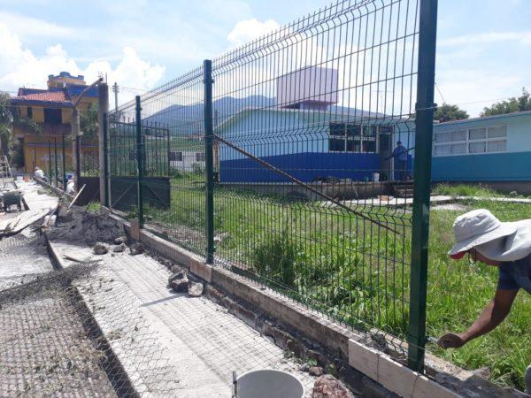 Gobierno de Ecuandureo instaló malla metálica en escuela de preescolar