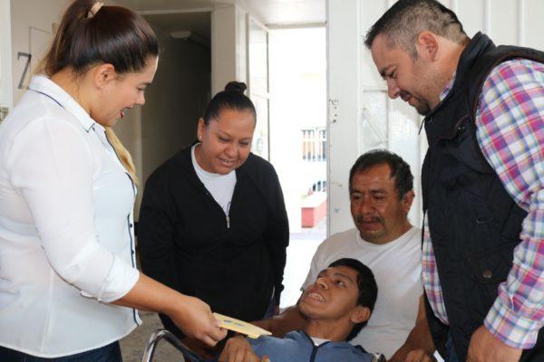 Karen Samaguey, entrega becas a personas con discapacidad