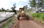 Gobierno local mejora caminos carrileros del ejido de Atecucario