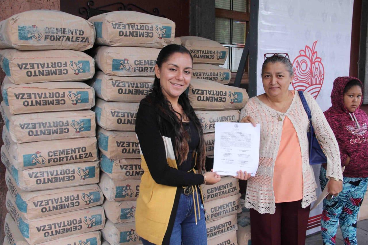 Familias zamoranas reciben material de construcción, tinacos y calentadores solares para mejorar sus viviendas