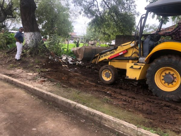Dan mantenimiento al panteón municipal de Tangancícuaro