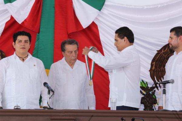 Entrega Gobernador condecoración Constitución de Apatzingán