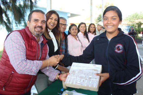 Realizan entrega de útiles escolares a estudiantes de Ixtlán
