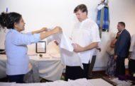 Viste Embajador de EU, camisa purépecha