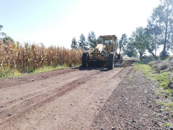 Arreglan caminos saca cosechas con 68 camiones de granzón