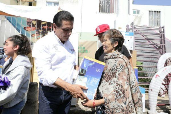 Entrega Gobernador apoyos a damnificados por lluvias en Zitácuaro