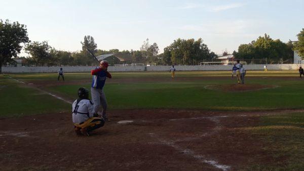 Titanes de Ario y Gavilanes de Atecucario un paso adelante en playoffs de liga regional de béisbol