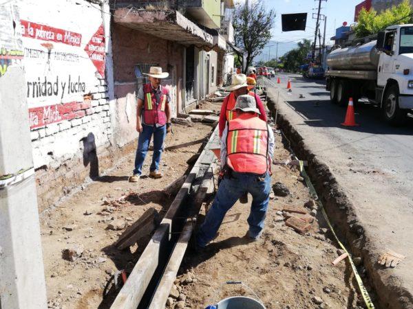 Aceleran construcción de banquetas en avenida Juárez
