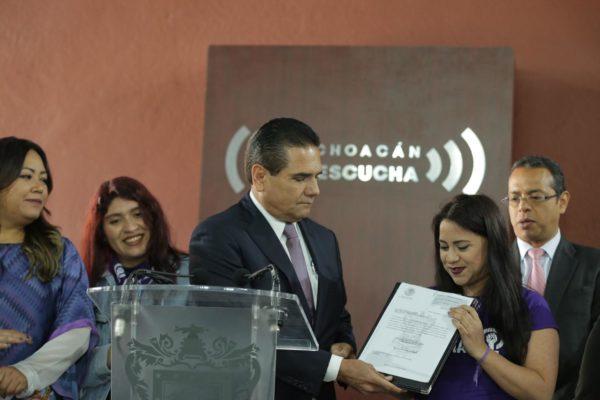 Promulga Silvano Aureoles Ley Olimpia en Michoacán; entra en vigor este martes