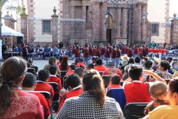 Realizan recital poético en la plaza principal