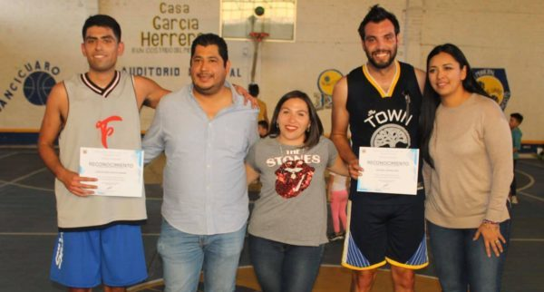 Freseros de Irapuato y Ravens se enfrentaron en Tangancícuaro en basquet