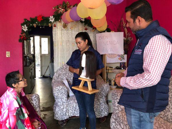 DIF Jacona regala pelucas con cabello natural para pacientes con cáncer