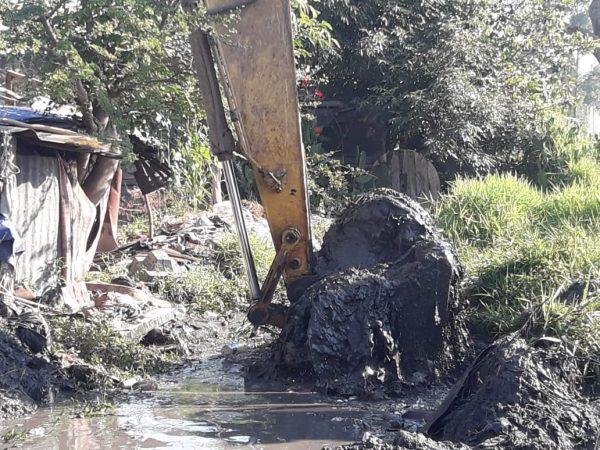 """Limpian y desazolvan canal de riego """"El Calvario"""""""