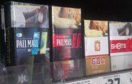 Pese a alto riesgo de contraer COVID, fumadores sin restricción en venta de cigarros