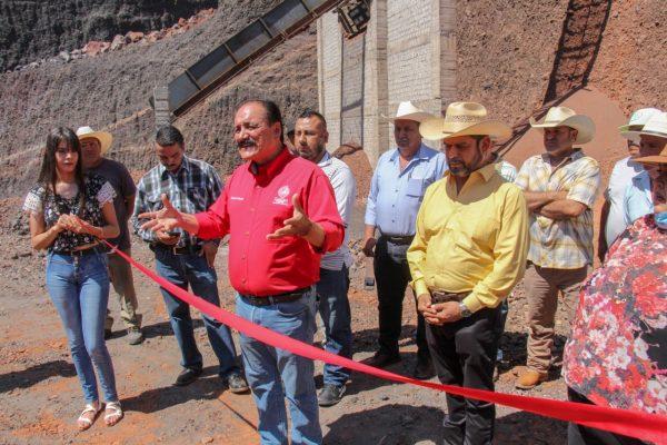 Inaugura el presidente Martín Samaguey criba en el cerrito de arena