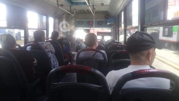 Usuarios de transporte público comienzan a responder con ponerse cubrebocas